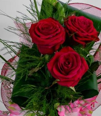 Цветя рози и астромерия