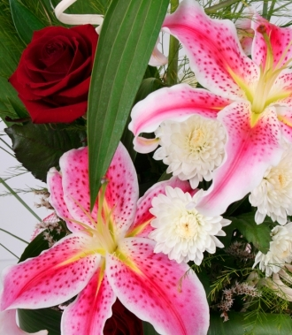 Лилиуми, хризантеми и рози